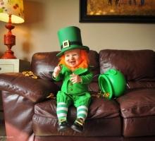 Празднование дня святого Патрика. Сынок в костюме гномика